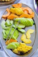 prato de frutas recepção de casamento foto