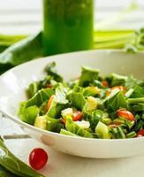 salada fresca e smoothies verdes foto