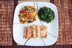 prato de salmão grelhado foto