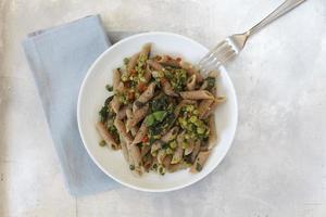 rigatoni de espelta integral com peras e espinafres