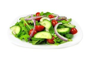 salada de jardim no prato, isolado no branco foto
