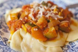 ravioli com molho de vegetais foto