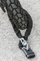 corrente e cadeado roda de segurança motocicleta foto