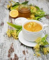 xícara de chá de ervas com flores de tília foto