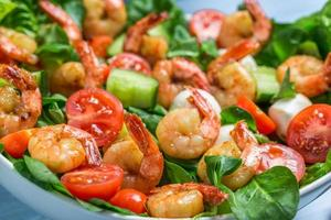 closeup de salada com camarão e legumes foto
