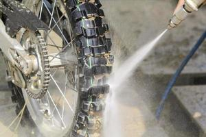 lavar a bicicleta da sujeira foto
