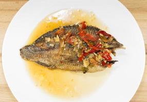 peixe frito com molho de pimenta foto