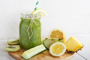 smoothie verde orgânico fresco com salada, maçã, pepino, abacaxi foto