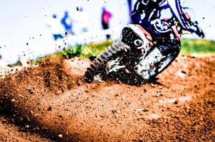 detritos de uma corrida de motocross foto