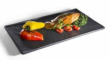 filé de salmão frito e legumes isolados no branco foto