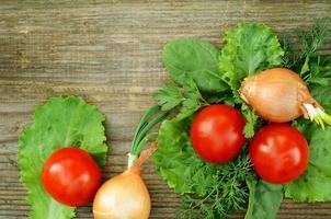 legumes em uma placa de madeira foto