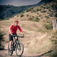 ciclista de montanha na estrada rural, trilha na inspiraçãoa foto