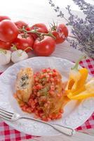 rolos de repolho vegetariano com espinafre e salsa foto