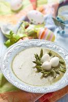 sopa de brócolis verde primavera com ninho de espargos foto