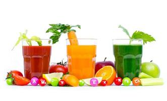 sucos de frutas e vegetais frescos e orgânicos foto
