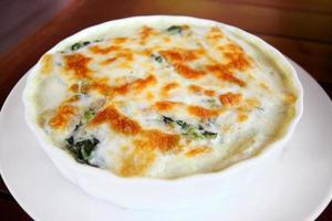 espinafre assado com queijo. foto