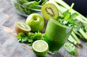 bebida saudável batido verde com espinafre e aipo foto