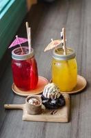 refrigerante de frutas de gelo na mesa de madeira foto