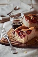 bolo de ameixa caseiro com um copo de café expresso