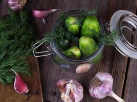 pepinos frescos na mesa de madeira foto