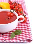 sopa de tomate saboroso e legumes, isolados no branco foto