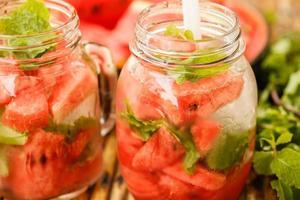 água de desintoxicação com melancia e hortelã foto