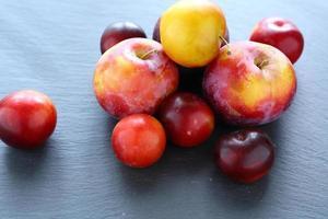 frutas frescas em fundo de ardósia foto
