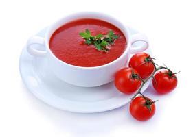 sopa de tomate saboroso, isolada no branco foto