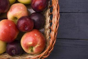 maçãs e ameixas foto