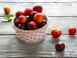 cesta cheia de ameixas de verão foto