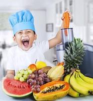 pequeno chef está fazendo suco de frutas