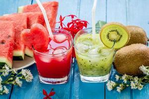 suco de kiwi e suco de melancia com frutas frescas