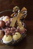cesta de frutas de férias foto