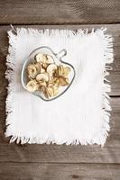 maçãs secas na mesa de madeira foto