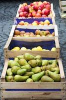 caixas de madeira com peras e maçãs foto