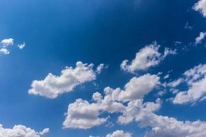 robô em forma de nuvens foto