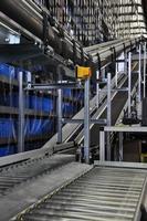 transportador de rolos em um armazém automatizado