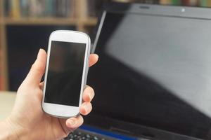 segurando um telefone celular foto