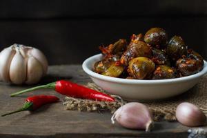 comida de rua estilo khmer: pequenas conchas do rio foto