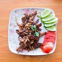 carne de porco frita com alho e pimenta foto