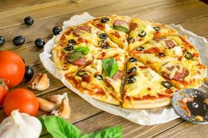 pizza em cima da mesa foto