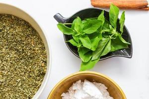 especiarias para a saúde e cozinhar no fundo branco. foto