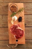bifes de carne crua foto
