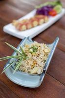 arroz japonês frito com alho - ponto de foco seletivo