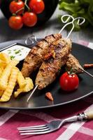 kofta grelhado - kebeb com batatas fritas e legumes foto