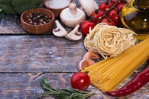 ingredientes da massa em um fundo de madeira foto