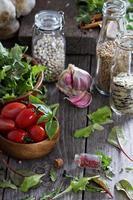 tomate, salada de folhas, feijão e arroz foto
