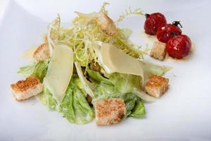 closeup de salada caesar no restaurante foto
