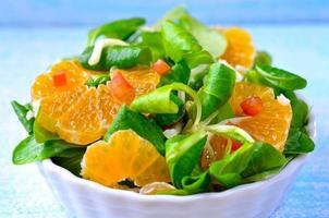 salada com laranjas e alfaces de cordeiro foto