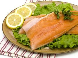 salmão no prato com alface e limão foto